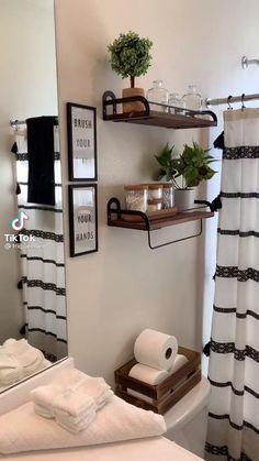 Home Decor Hooks, Home Decor Bedroom, Small Wall Decor, Draps Design, First Apartment Decorating, Decorating Small Apartments, Simple Apartment Decor, Small House Decorating, Decorating Small Bathrooms