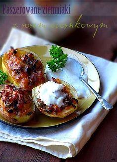 Ziemniaki faszerowane z sosem czosnkowym