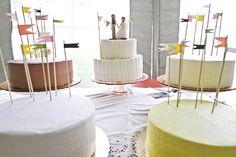Einfache Fähnchen für alle mitgebrachten Kuchen vorbereiten?!   Sarah & Aaron's Rustic Vintage Wedding