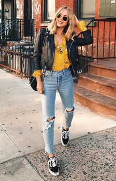 floral blouse + leather jacket + distressed jeans + vans old skool Blumenbluse + Lederjacke + Distressed Jeans + Vans alte Schule The post Blumenbluse + Lederjacke + Distressed Jeans + Vans alte Schule appeared first on Decoration and Outfits. Mode Outfits, Jean Outfits, Casual Outfits, Fashion Outfits, Yellow Outfits, Sneakers Fashion, Casual Attire, Office Attire, Jeans Fashion