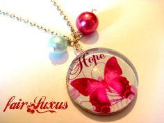 """Wunderschöne, verspielte Silberkette mit hellblau-und pinkfarbenen """"Butterfly Hope"""" Anhänger, sowie zwei pinken und türkisenen Perlen!"""