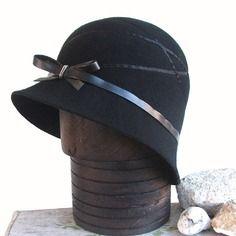 Chapeau noir à motifs pour femme, très unique et original! chapeau 1920s fabrication artisanale avec tendance british