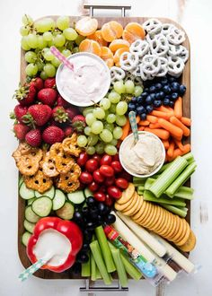 EASY Fruit and Veggie Snack Platter - I Heart Naptime Fruit and Veggie Platter - Loaded with fruit, veggies, dips, crackers and our favorite Horizon Organic snacks. The perfect easy snack idea that you can feel good about feeding your family! Snack Platter, Party Food Platters, Veggie Platters, Party Trays, Food Trays, Snacks Für Party, Appetizers For Party, Appetizer Recipes, Crudite Platter Ideas