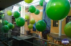 Jätti-ilmapallot kauppakeskuksen somistuksessa.