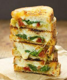 Sun dried tomato spinach grilled cheese sandwich - Sandwiches / Panini e bruschette - Vegetarian Sandwich Recipes, Breakfast Sandwich Recipes, Grill Cheese Sandwich Recipes, Grilled Cheese Recipes, Healthy Sandwiches, Gourmet Recipes, Diet Recipes, Healthy Recipes, Sandwich Bar