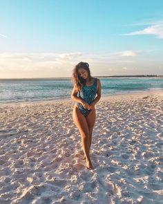 Fotos na Praia: Poses para copiar nesse Verão Beach Photography Poses, Beach Poses, Summer Pictures, Beach Pictures, Insta Pictures, Picture Poses, Photo Poses, Story Instagram, Insta Photo Ideas