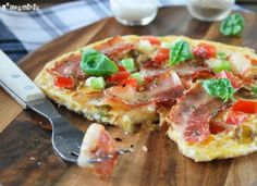Omelette with tomato bacon and spring onion (in Spanish) Omelette, Empanadas, Hawaiian Pizza, Pork Recipes, Vegetable Pizza, Onion, Breakfast, Brunch Recipes, Spanish