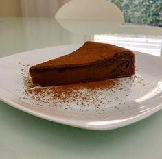 La torta di ricotta e cioccolato è un dolce soffice, umido e golosissimo, ideale a colazione ma anche a fine pasto, assieme a una pallina di gelato.