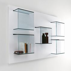 Wall-mounted glass bookcase, design by EG+AV Glass Shelving Unit, Glass Display Shelves, Glass Bookcase, Glass Shelves Kitchen, Display Cabinets, Display Cases, Verre Design, Mirror Panels, Mirror With Shelf