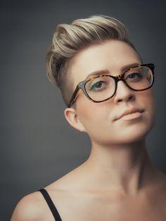 Résultats de recherche d'images pour «woman pixie hair glasses»