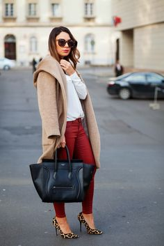A camel coat and red skinny jeans are the kind of a fail-safe casual getup that you need when you have no time to spare. When it comes to footwear, this ensemble pairs nicely with brown leopard suede pumps. Star Fashion, Look Fashion, Winter Fashion, Fashion Outfits, 30 Outfits, Street Fashion, Fashion Heels, Grey Fashion, Latest Fashion