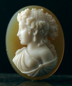 A fine oval 19th century agate cameo of Aphrodite with two layers (beige and white calcedony) - Frenc  c,1860