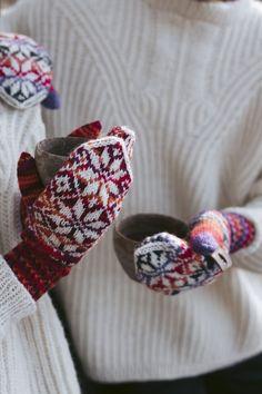 Keep warm with these wonderful North Star Colourwork Mittens. These cosy mittens are used in the yarns Novita 7 Veljestä and 7 Veljestä Polaris Knitting Designs, Knitting Patterns Free, Free Knitting, Knitting Ideas, Intarsia Knitting, Light Rays, Moss Stitch, Crochet Pillow, Alpacas