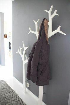 weißes-Holz-zwei-Garderoben-für-Mäntel-graue-Wand