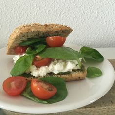 I Love Health | sandwich with cottage cheese, tomato and pesto, healthy, recipe | http://www.ilovehealth.nl/recepten-2/broodje-huttenkase-tomaat-pesto/