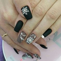Here is a tutorial for an interesting Christmas nail art Silver glitter on a white background – a very elegant idea to welcome Christmas with style Decoration in a light garland for your Christmas nails Materials and tools needed: base… Continue Reading → Xmas Nails, New Year's Nails, Christmas Nail Art, Holiday Nails, Snow Nails, Christmas Crafts, Christmas Nails 2019, Holiday Nail Designs, Nail Art Designs
