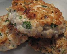 O hambúrguer de atum é uma receita feita a partir de atum em lata, temperado com ingredientes como cebola, salsa e mostarda. Prove já! Delicioso e barato.