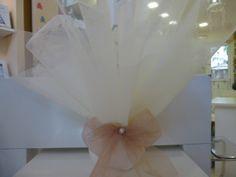 Μπομπονιέρα γάμου με τούλια και στο δέσιμο με φιόγκο απο εκπληκτικό τούλι στο χρώμα της πούδρας!