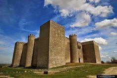 Castillo de Montealegre de Campos - Castillos del Olvido - Castillos de España Medieval Life, Medieval Castle, Palaces, Monuments, Star Fort, Chateau Medieval, Best Travel Guides, Castle In The Sky, Fortification