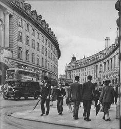 Twenty-three Evocative Photographs of London in 1953 - Flashbak Vintage London, Old London, London City, West London, London History, British History, Asian History, Tudor History, London Pictures