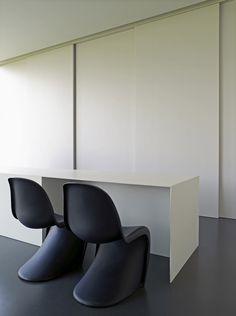 Panton Chair by Verner Panton Mini Loft, Workspace Inspiration, Interior Inspiration, Panton Chair, Interior Work, Dressing, Minimalist Interior, Luxury Home Decor, Office Interiors