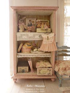 Kabinet van babymeisje, Rose layette, miniatuur houten meubels voor huis van Frans pop schaal 1/12