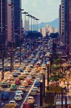 Década de 80 - Avenida Paulista com seus fusquinhas coloridos.