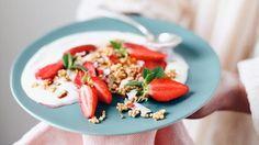 Fraises rôties et fraiches, yaourt crémeux et quinoa soufflé caramélisé aux fruits secs
