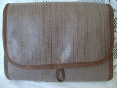 Necessaire feita em tecido dublado e fechamento com botão de pressão. Ideal para ser levada na mala ou na bolsa, também pode ser usada como porta maquiagem ou porta trecos.