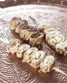 Zijn jij en je kind gek op pannenkoeken? Maak dan eens deze heerlijke traktatie. Want wat is er nou lekkerder dan pannenkoeken met chocopasta? Dit heb je nodig: Pannenkoeken Witte en donkere chocoladepasta Lange prikkers Zo maak je het: Besmeer…