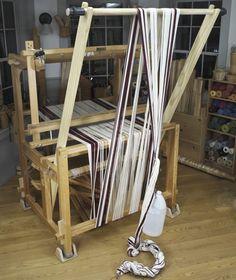 Vävstuga Vävstuga trapeze uprights Loom Yarn, Loom Weaving, Hand Weaving, Weaving Tools, Weaving Projects, Weaving Patterns, Knitting Patterns, Twig Art, Swedish Weaving
