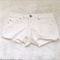American Eagle White Corduroy Shorts Size 4 American Eagle White Corduroy shorts size 4 these are stretchy.  only worn a couple times so in good condition with no stains or tears! As always, comes from a smoke free home & no trades! American Eagle Outfitters Shorts Jean Shorts