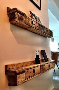 24 Fun Professional Wood Pallet Furniture Designs Want To Learn More? Visit Us For More Pallet Furniture Ideas Pallet Furniture Designs, Pallet Patio Furniture, Wooden Pallet Projects, Pallet Art, Furniture Projects, Rustic Furniture, Diy Furniture, Western Furniture, Pallet Wood