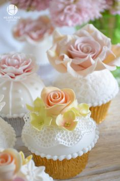 Cupcakes decorados com renda e rosas de açúcar.