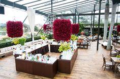 Bar com arranjos aéreos vinho - decoração moderna / contemporânea ( Decoração: Disegno Ambientes | Foto: Fernanda Scott )