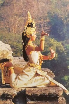 Cambodian Women, Cambodian Art, Padi Diving, Scuba Diving, Traditional Thai Clothing, Cambodia Beaches, Dance Photography Poses, Dance Paintings, Thai Art