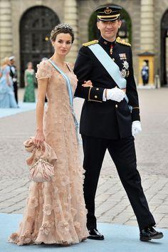 Pin for Later: Die besten Gründe, sich in Spaniens neues Königspaar zu verlieben  Felipe und Letizia sahen sehr festlich aus, als sie zur Hochzeit der Prinzessin Victoria von Schweden im Juni 2010 kamen.