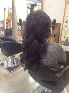 Melena de cabello oscuro y reflejos marrones.