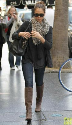 Jessica Albas simple fall outfit