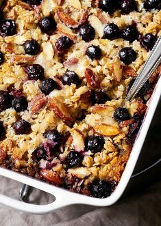 Baked Blueberry Oatmeal This hearty Blueberry Baked Oatmeal is the perfect satisfying breakfast for a busy morning. Sweet, crunchy and juicy, it comes together quickly and you can easily make a big pan to feed a crowd or … Breakfast And Brunch, Breakfast Bake, Healthy Breakfast Recipes, Healthy Baking, Brunch Recipes, Gourmet Recipes, Healthy Breakfast Casserole, Breakfast Ideas, Oatmeal Breakfast Recipes
