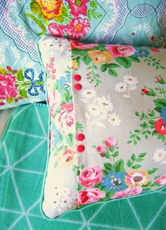 silly old suitcase: Van theedoek naar kussen.From tea towel to pillow. Sewing Projects, Craft Projects, Diy Pillows, Cushions, Old Suitcases, Arts And Crafts, Diy Crafts, Deco Boheme, Granny Chic