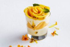 For an easy summer dessert that's ready in less than 5 minutes, you can't beat these no-bake mango cheesecake cups. Mango Desserts, Mango Recipes, No Cook Desserts, Dessert Recipes, Sweet Recipes, Frozen Desserts, Delicious Desserts, Dinner Recipes, Yummy Food
