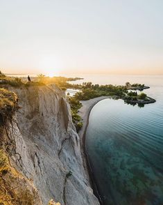 Scarborough Bluffs is a calm escape from the city, located just outside the city centre of Toronto. The bluffs stand above the shoreline of Lake Ontario and stretch for about 15 km mi), with nine parks spanning its length! O Canada, Canada Travel, Beautiful Places To Visit, Places To See, Scarborough Bluffs, Grands Lacs, Road Trip, Ontario Travel, Lake Forest