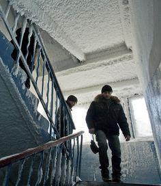 La mañana se despertó algo fría en este edificio de apartamentos de Karaganda, en Kazajstán, a -59C. La gente camina a través de una escalera congelada a causa de un vertido por la rotura de una tubería con aguas residuales, 21 de diciembre de 2012. Reuters