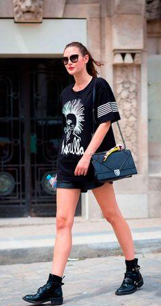 Get the look : t-shirt imprimé, short en cuir et bottines