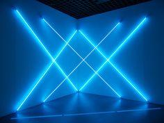 Dynamo, un siècle de lumière et de mouvement dans l'art, 1913 – 2013 - Galeries nationales du Grand Palais - Paris - 10 avril au 22 juillet 2013  François Morellet - Triple X Neonly (2012) - Tubes de néon bleu, 2 transformateurs - Edition 2 de 5
