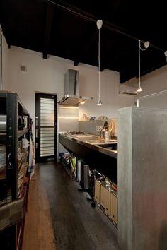 キッチン事例:キッチン2(耐震性も断熱性も備えて好みのデザインで。木造をRC造や鉄骨造のような雰囲気に一新)