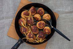 Paista päivälliseksi makoisat lihapullat, tällä kertaa kanasta! Tämä herkullinen arkiruoka on erityisesti lasten makuun, ja broileripyöryköitä on mukava pyöritellä yhdessä. Sekoita neste ja korppujauh... Iron Pan, Good Food, Paleo, Gluten Free, Ethnic Recipes, Kitchen, Glutenfree, Cooking, Kitchens