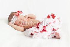 Newborn Mädchen in Seitenlage mit Haarband und Tutu