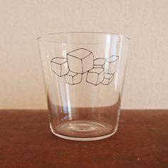 氷のイラストが描かれた、氷付きのグラスです。ホットでも溶けません。汗もかきません。冷たくはなりません。サイズ:口径83mm×高さ85mm 容量:3...|ハンドメイド、手作り、手仕事品の通販・販売・購入ならCreema。
